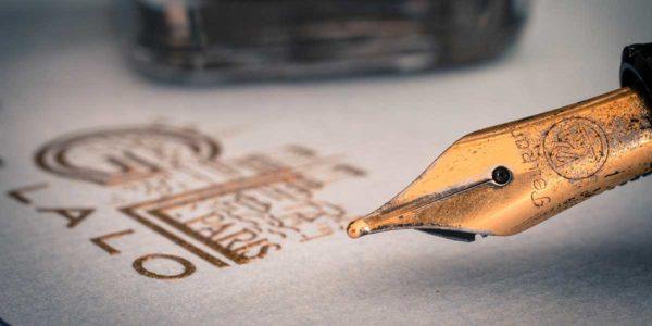 Tintenfüller vor Briefpapier