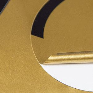 Aufkleber auf Goldfolie